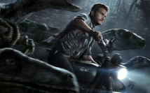 Chris-Pratt-riding-with-the-raptor-squad-in-Jurassic-World-Poster-Wallpaper